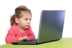 女孩膝上型计算机一点wih 免版税库存照片