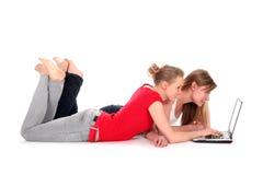 女孩膝上型计算机使用 免版税图库摄影