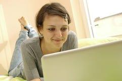 女孩膝上型计算机学员年轻人 免版税库存图片