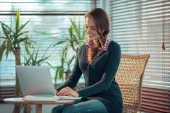 女孩膝上型计算机工作 免版税库存图片