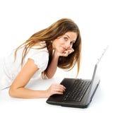 女孩膝上型计算机工作 图库摄影