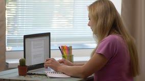 女孩膝上型计算机年轻人 影视素材