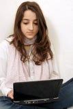 女孩膝上型计算机年轻人 库存图片