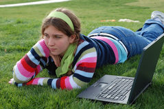 女孩膝上型计算机年轻人 库存照片