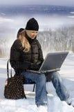 女孩膝上型计算机年轻人 免版税库存图片