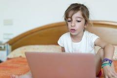 女孩膝上型计算机开会 免版税库存图片