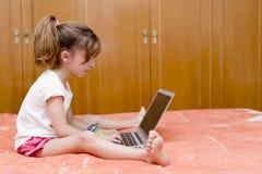 女孩膝上型计算机开会 库存照片