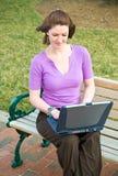 女孩膝上型计算机微笑的学员技术w年& 免版税库存图片