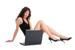 女孩膝上型计算机性感的工作 库存照片