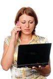 女孩膝上型计算机移动电话告诉 免版税库存照片