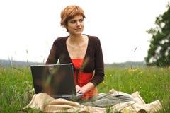女孩膝上型计算机运作的年轻人 免版税图库摄影