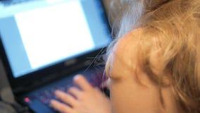 女孩膝上型计算机键入 影视素材