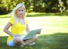女孩膝上型计算机 美丽的白肤金发的妇女年轻人 库存照片