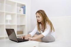 女孩膝上型计算机年轻人 免版税库存照片