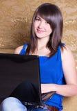 女孩膝上型计算机年轻人 免版税图库摄影