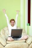 女孩膝上型计算机 免版税库存图片