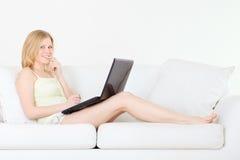 女孩膝上型计算机 库存图片