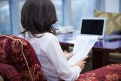 女孩膝上型计算机 免版税图库摄影