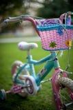 女孩自行车 免版税图库摄影