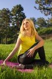 女孩舒展和为瑜伽做准备 免版税库存图片