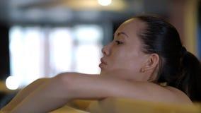 女孩舞蹈家在芭蕾机器扶手栏杆休息的特写镜头倾斜 影视素材