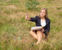 女孩艺术家在自然画 免版税库存照片