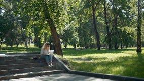 女孩艺术家绘画在城市公园 影视素材