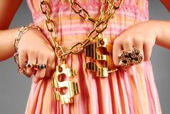 女孩节律唱诵的音乐珠宝佩带的年轻人 库存照片