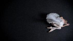 女孩芭蕾舞女演员剪影在地板,悲伤,疲倦,芭蕾概念,顶面射击放置 股票视频