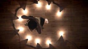 女孩芭蕾舞女演员剪影在木地板,弯曲,光上跳舞,芭蕾概念,运动概念 股票视频