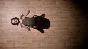 女孩芭蕾舞女演员剪影在木地板,弯曲,芭蕾概念,运动概念,顶面射击上跳舞 股票录像