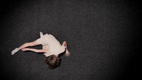 女孩芭蕾舞女演员剪影在黑地板,芭蕾概念,运动概念,顶面射击上快速地跳舞 股票视频