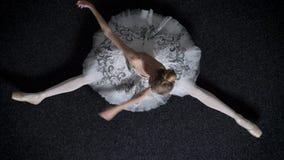女孩芭蕾舞女演员剪影坐地板,舒展,芭蕾概念,顶面射击 股票录像