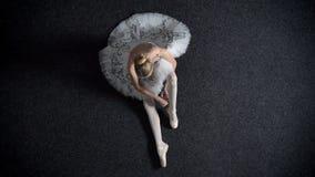 女孩芭蕾舞女演员剪影投入pointe,坐地板,芭蕾概念,顶面射击 股票视频