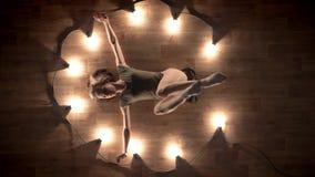 女孩芭蕾舞女演员剪影是跳舞和放置在木地板,光上,芭蕾概念,运动 股票录像