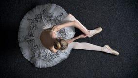 女孩芭蕾舞女演员剪影栓在pointe的丝带,坐地板,芭蕾概念,顶面射击 股票录像