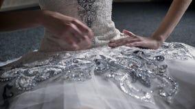 女孩芭蕾舞女演员接触芭蕾舞短裙,坐地板,舞蹈,芭蕾概念的准备 股票录像