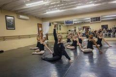 女孩芭蕾舞池辅导员演播室 图库摄影