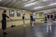 女孩芭蕾舞蹈教导辅导员演播室 免版税库存图片