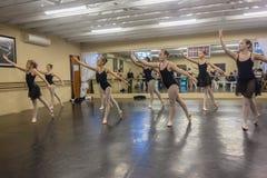 女孩芭蕾舞蹈演播室 库存图片