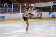 女孩花样滑冰运动员选拔滑冰, 库存图片