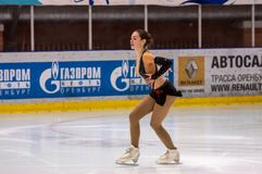 女孩花样滑冰运动员选拔滑冰 免版税库存图片