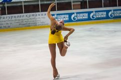女孩花样滑冰运动员选拔滑冰 免版税库存照片
