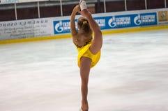 女孩花样滑冰运动员选拔滑冰 免版税图库摄影
