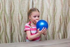 女孩花费与气球和玻璃的物理经验 免版税库存照片
