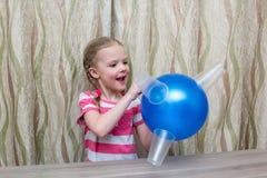 女孩花费与气球和玻璃的物理经验 库存图片