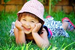 女孩草一点位于的微笑 库存图片