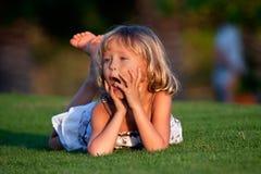 女孩草坪一点 库存图片