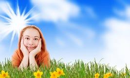 女孩草甸微笑的春天 库存照片