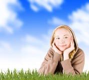 女孩草甸微笑的春天 免版税图库摄影